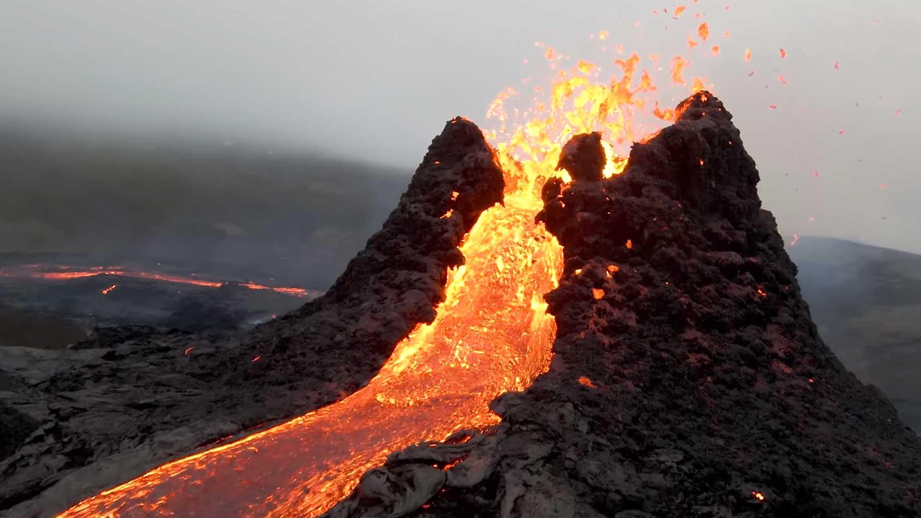 Drohnenflug über ausbrechendem Vulkan Fagradalsfjall-kraterflug-drohne