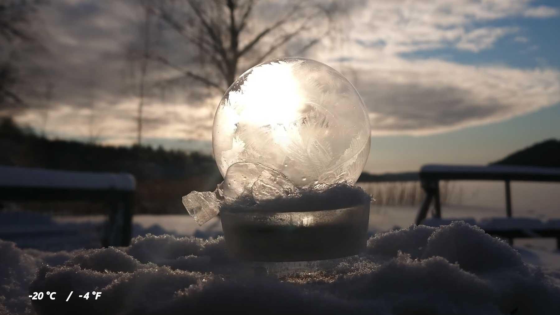 Auf Magneten schwebende und einfrierende Seifenblasen Ice-Crystallization-of-Soap-Bubbles