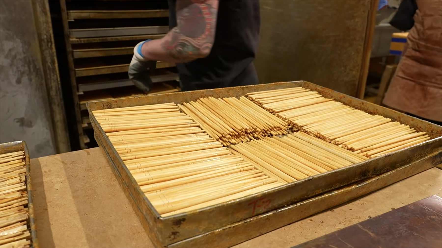 Wie Tische und andere Holz-Elemente aus alten Essstäbchen gefertigt werden