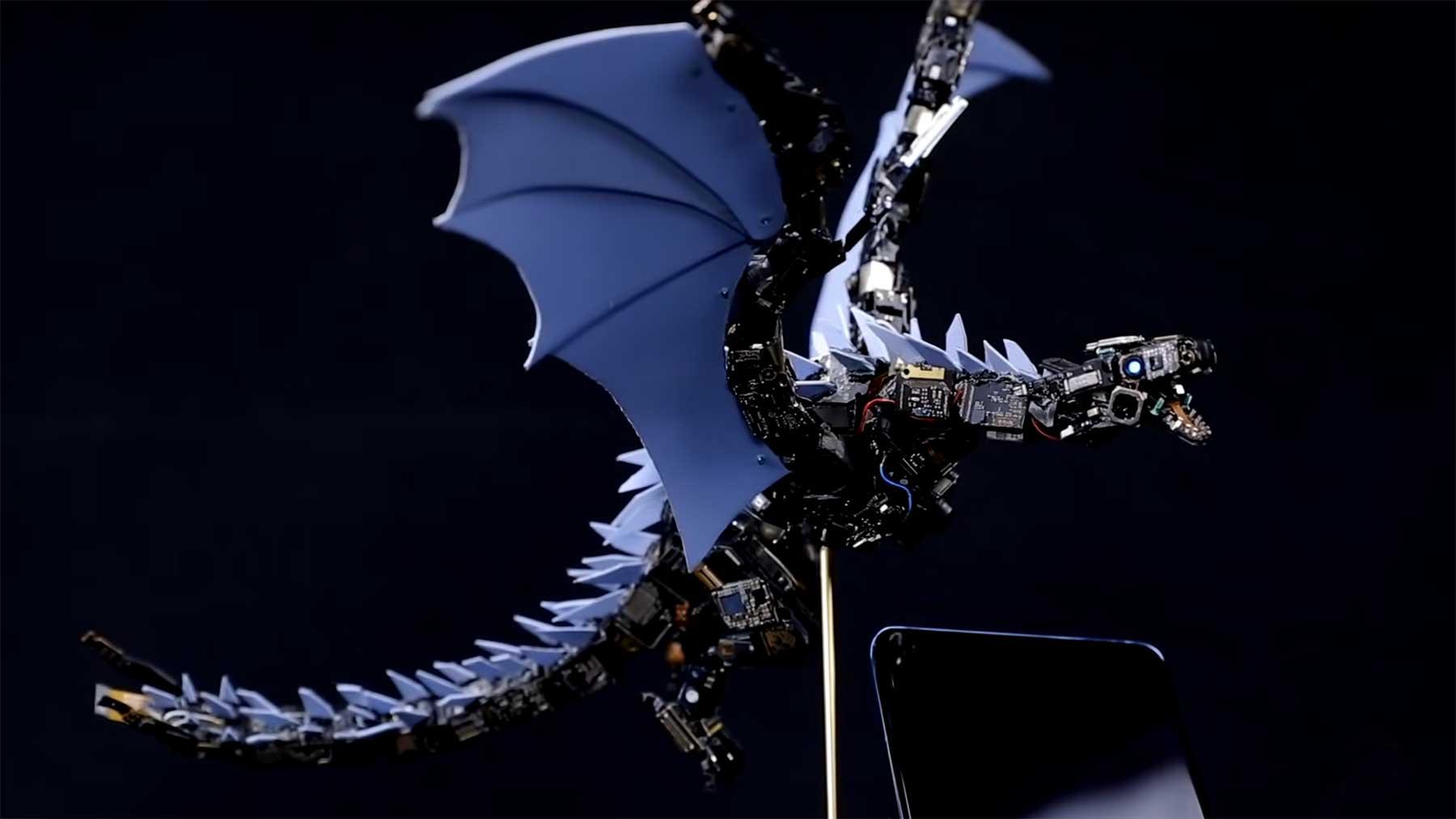 Drachenskulptur aus Smartphone-Teilen gefertigt drachenskulptur
