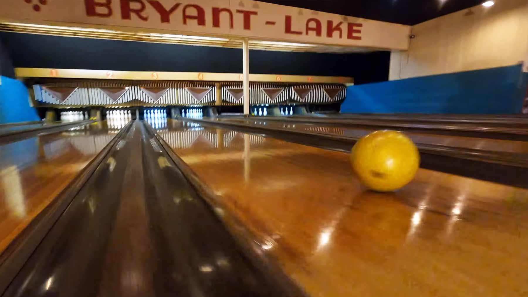 Wahnsinns-Kameradrohnenflug durch eine Bowlingbahn-Anlage