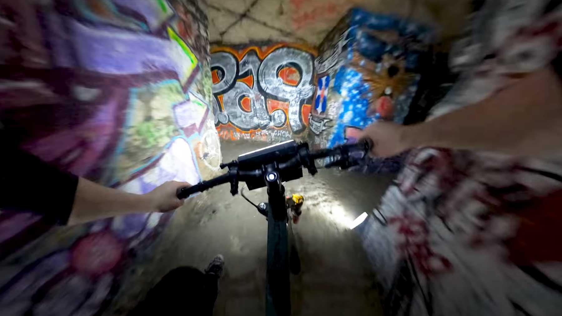 Auf dem Mountainbike durch die Katakomben von Paris rasen