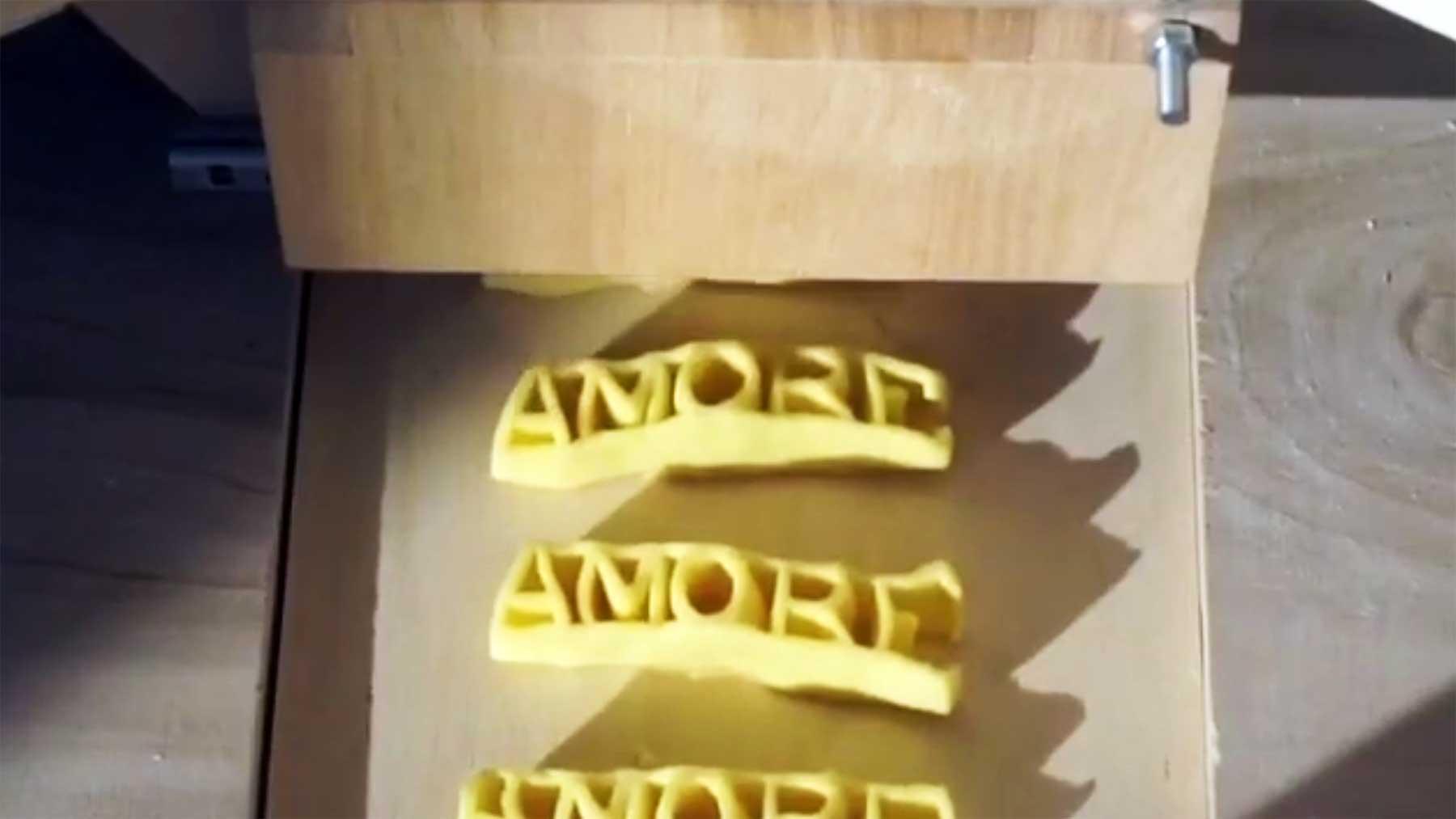 Pasta schreiben mit der Nudel-Druckerpresse pasta-drucker