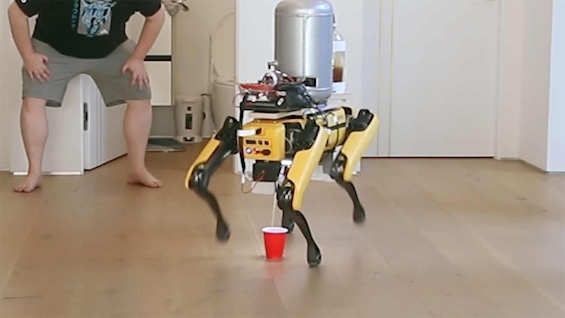 Dieser Roboterhund pinkelt Bier!
