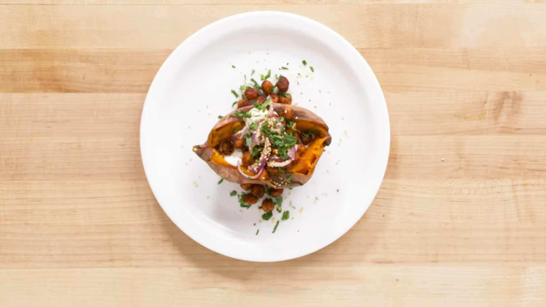 Köche unterschiedlicher Fähigkeitsstufen kochen Backkartoffeln