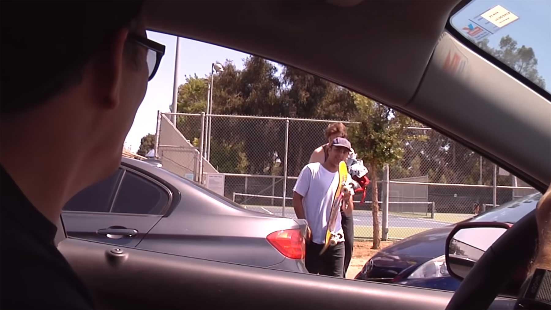 Steve-O fordert Skateboarder aus dem Auto heraus auf, einen Kickflip zu machen