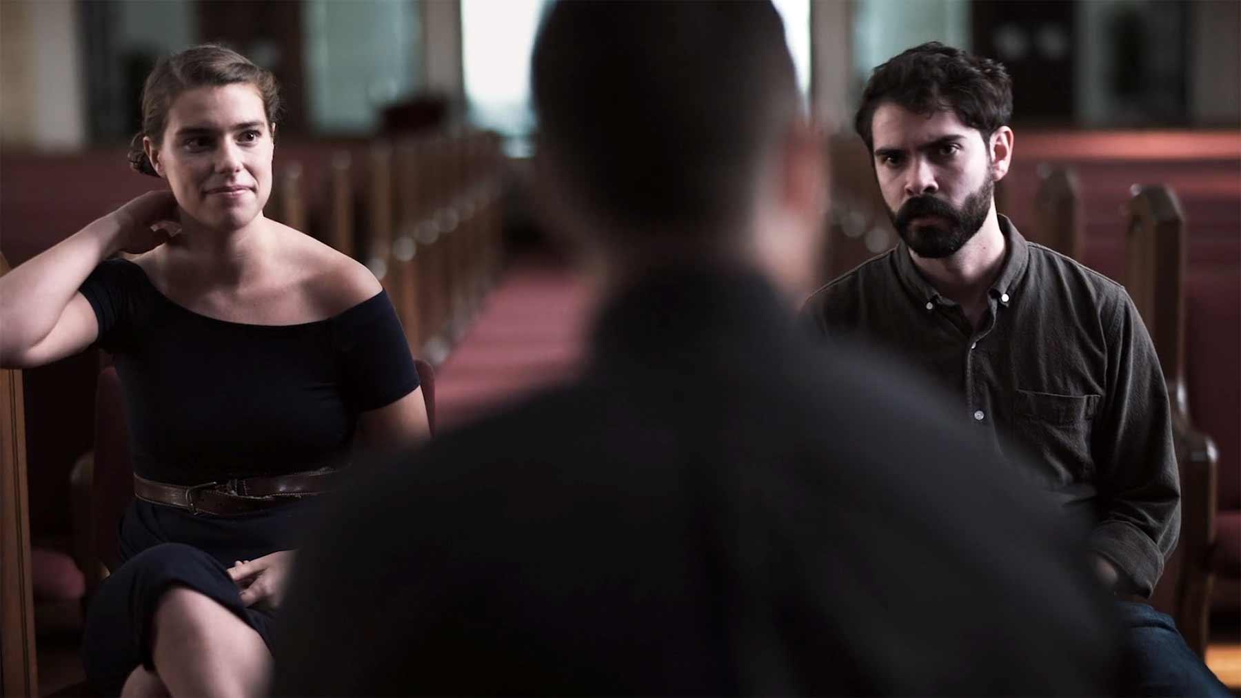 Ein verlobtes Paar beim etwas zu intimen Priester-Gespräch