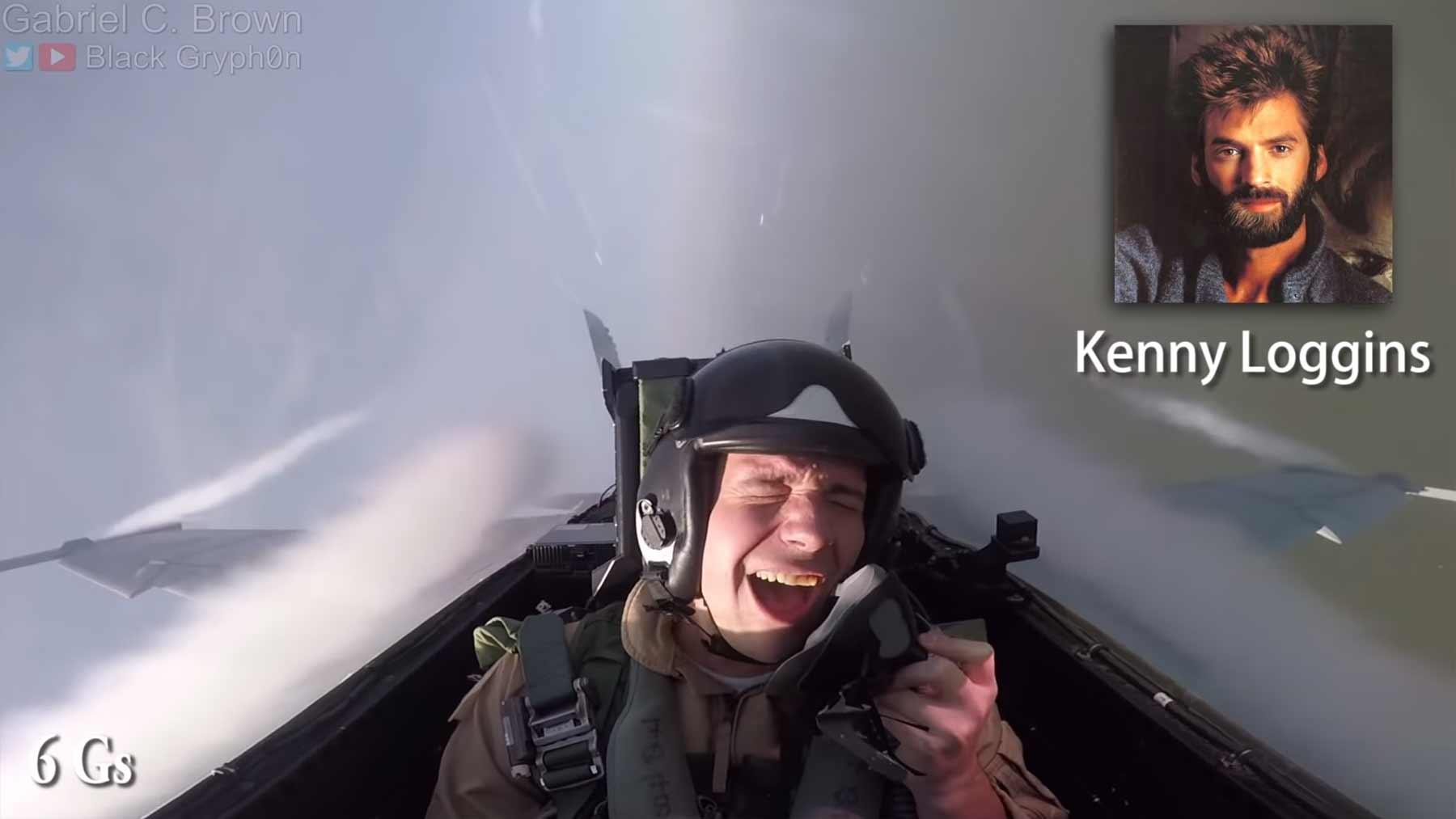 Black Gryph0n imitiert Gesangs-Stimmen, während er im Kampfjet mitfliegt