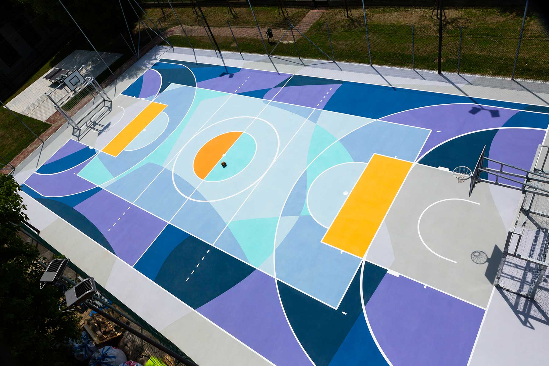 Farbenfrohe Basketballplätze von Gummy Gue Gummy-Gue-bunter-basketballplatz-Buccinasco_06