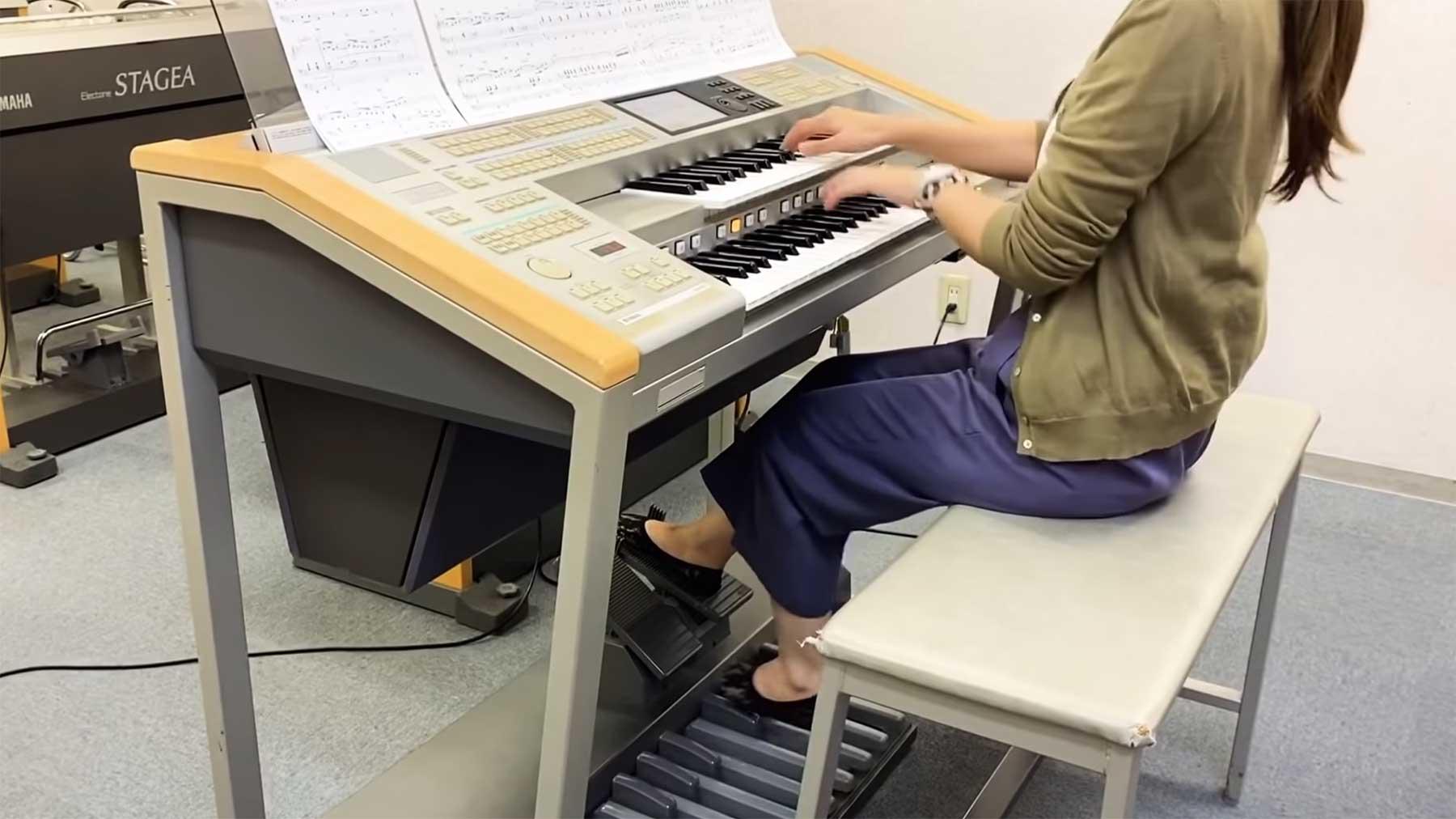 Ganzes Orchester auf einer elektrischen Orgel gespielt keyboard-ganzes-orchester