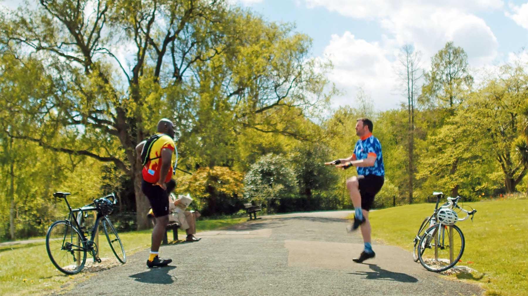 Wenn zwei Hobby-Radfahrer aufeinander prallen... Middle-Aged-Men-in-Lycra-kurzfilm-radfahrer