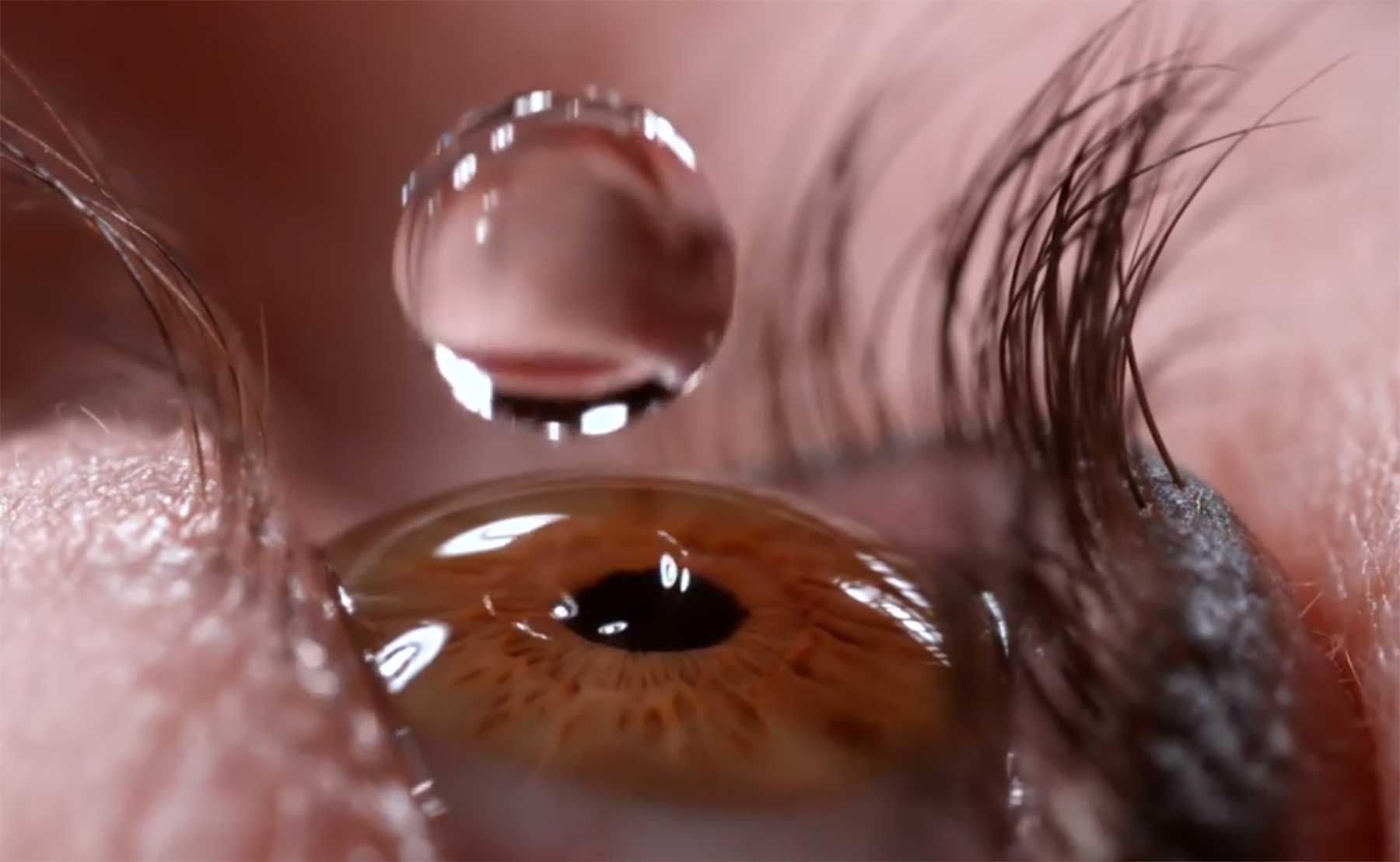 Nahaufnahme von Augentropfen in Superzeitlupe