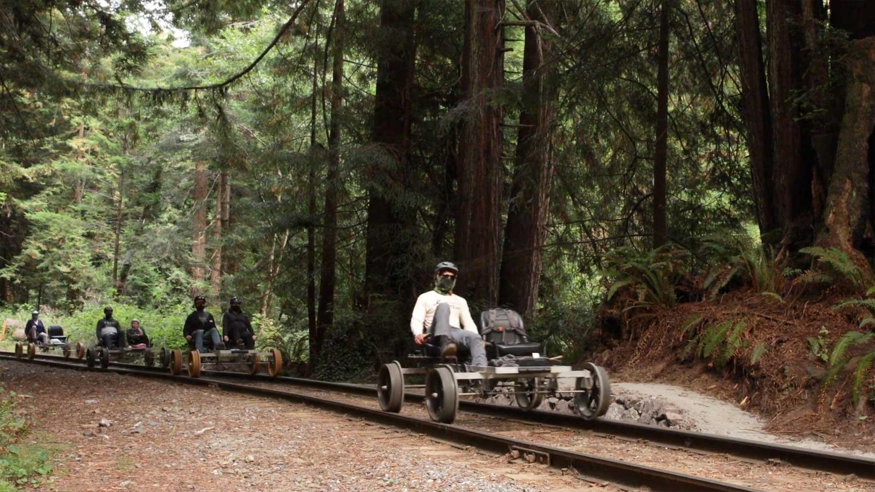 Mit dem Fahrrad auf Gleisen durch den Wald fahren draisine-mit-fahrrad-auf-gleisen-fahren