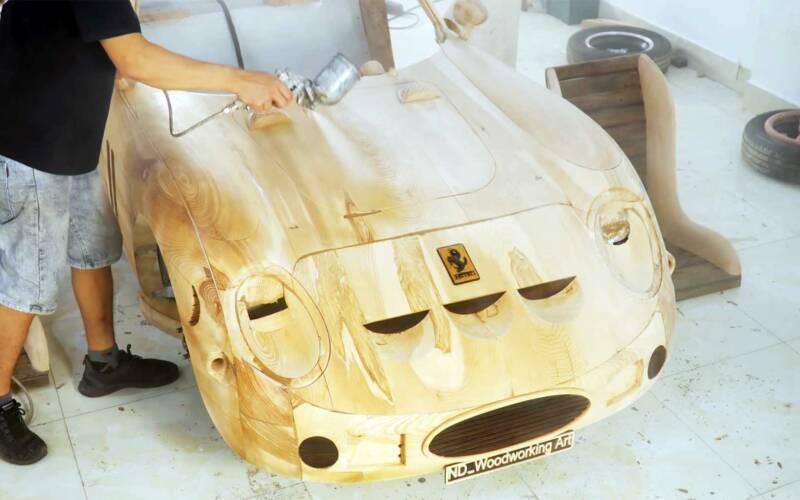 Ferrari aus Holz nachgebaut