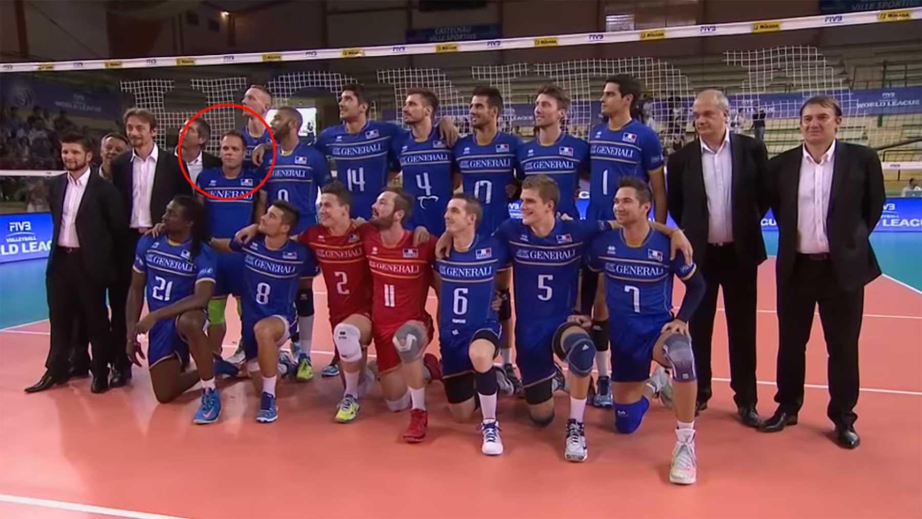 Remi Gaillard mogelt sich (mal wieder) aufs Volleyball-Mannschaftsfoto
