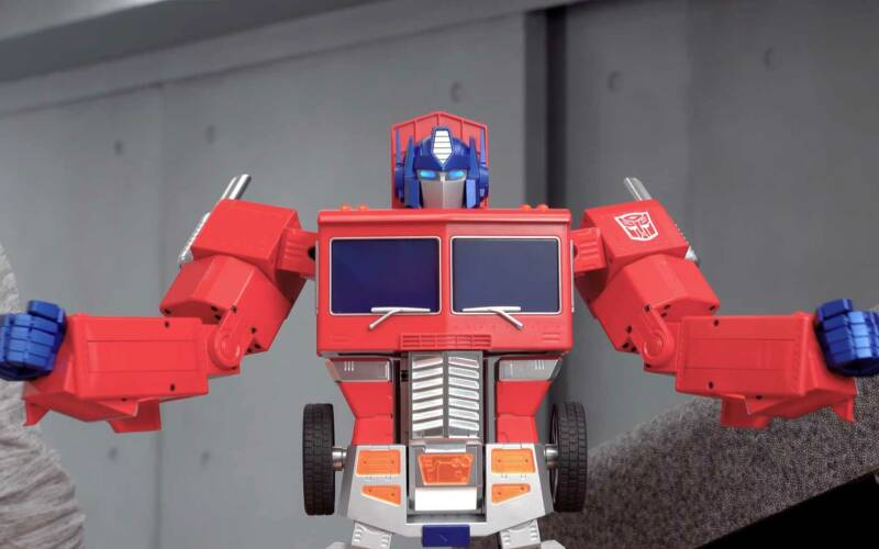Sich selbst transformierender Optimus-Prime-Roboter
