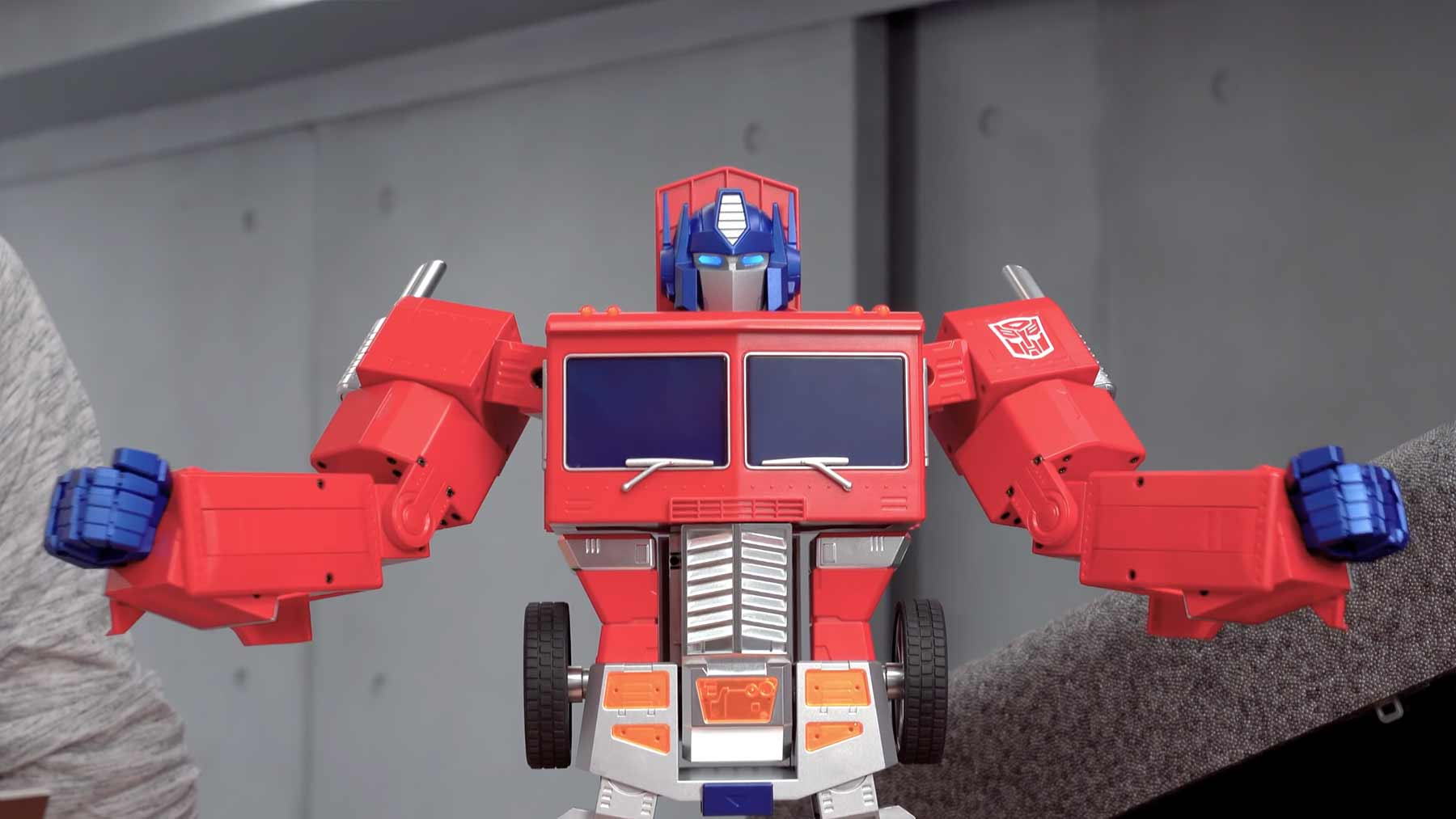 Sich selbst transformierender Optimus-Prime-Roboter transformers-roboter