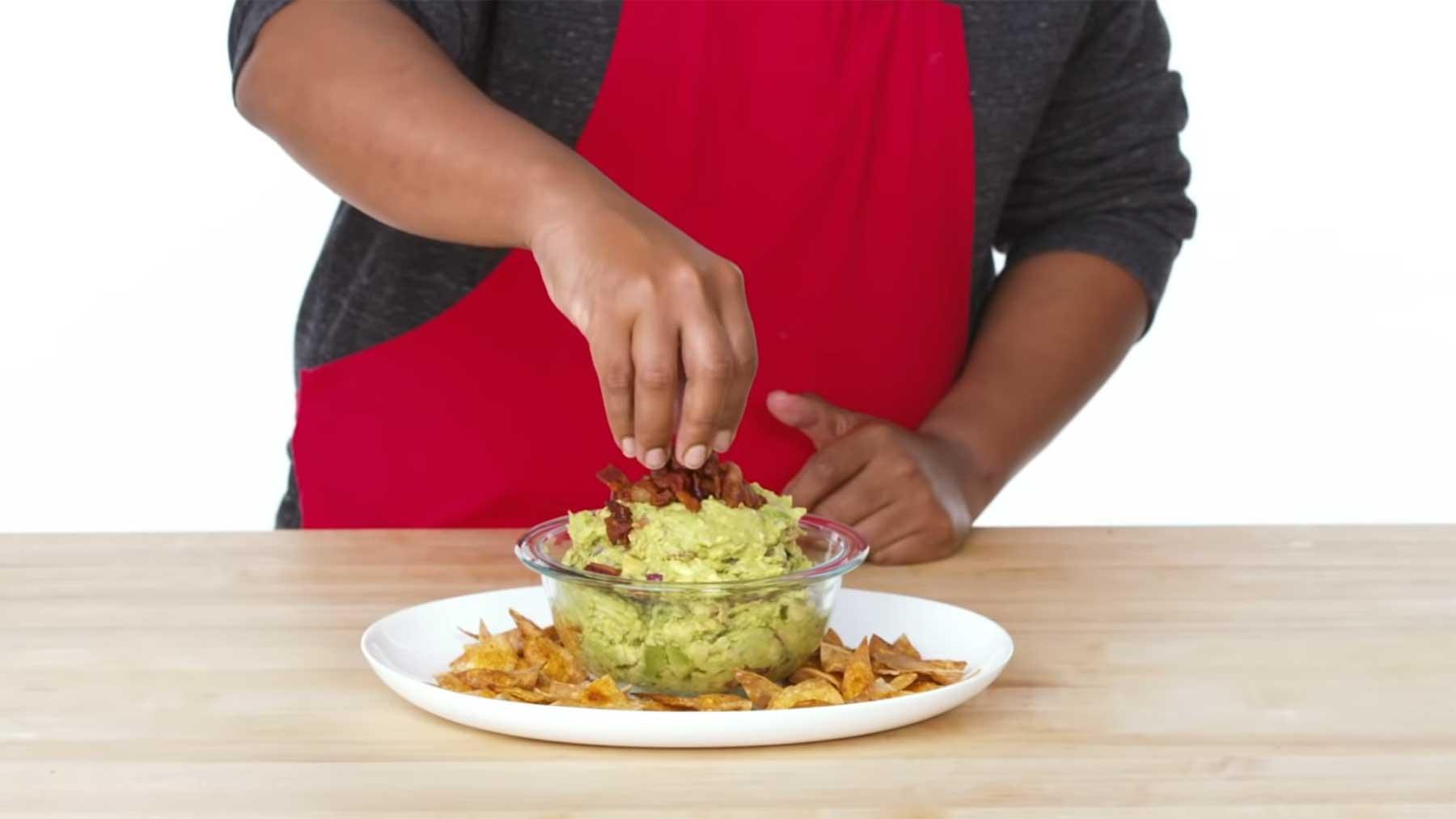 Köche unterschiedlicher Fähigkeitsstufen machen Chips & Guacamole