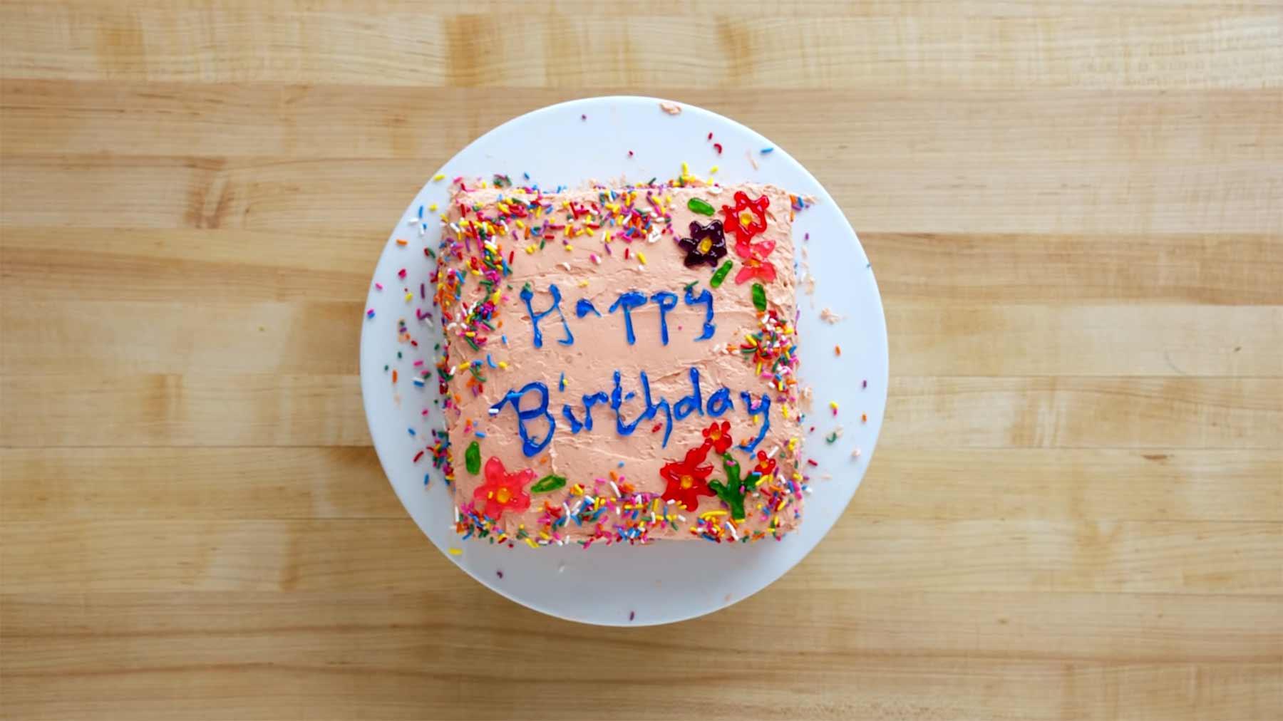 Konditor*innen unterschiedlicher Fähigkeitsstufen backen Geburtstagstorten