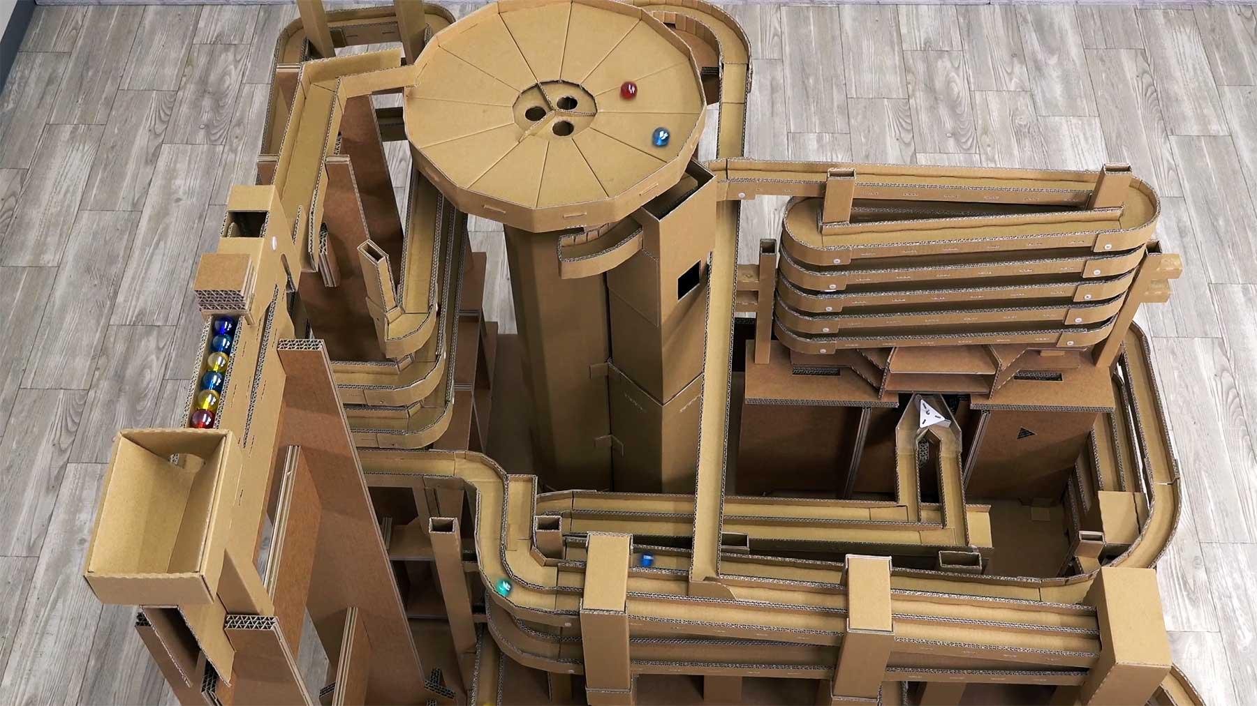 Große aus Pappe gebaute Murmelbahn murmelbahn-aus-pappe