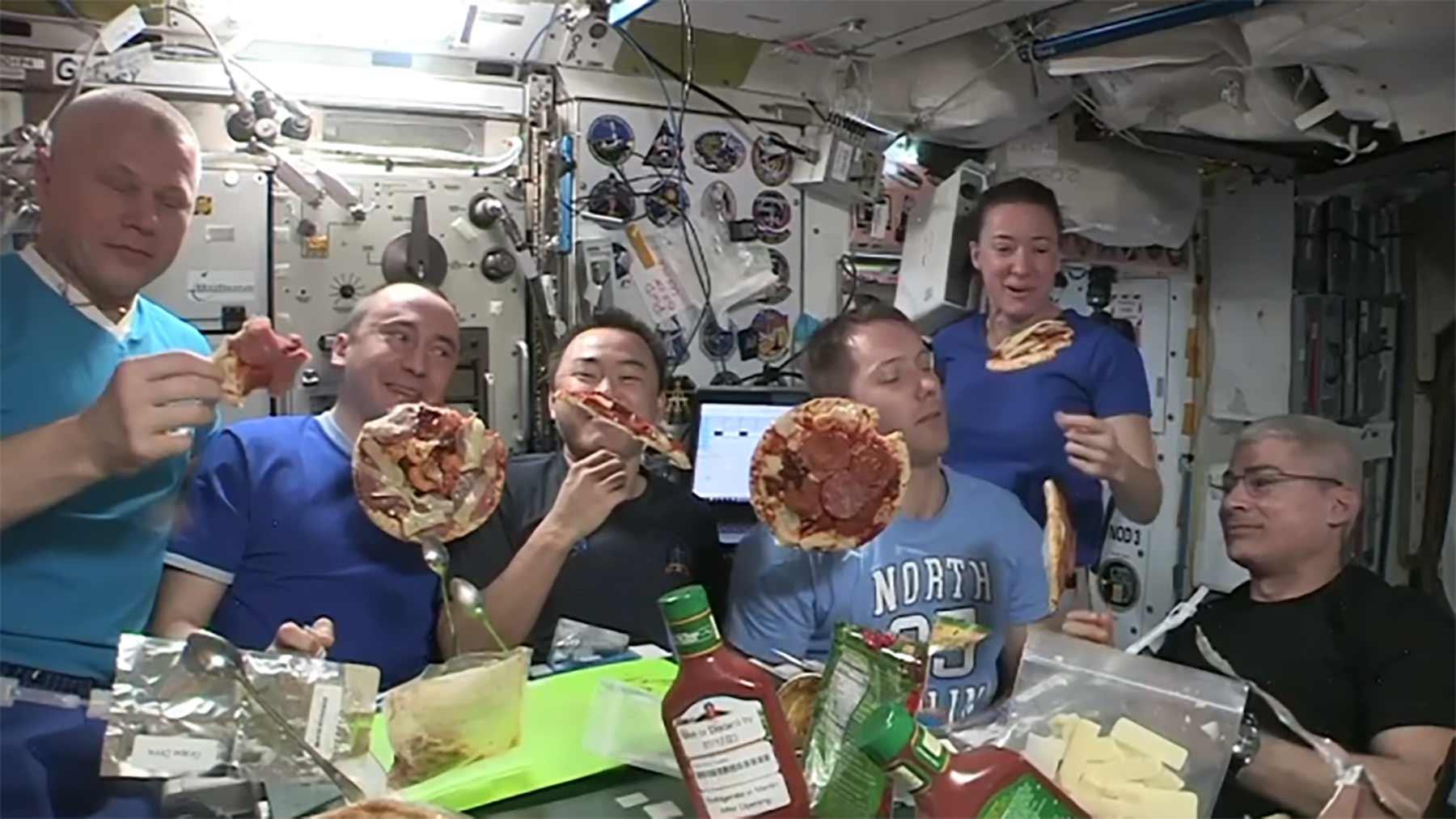 Pizza-Party auf der ISS!
