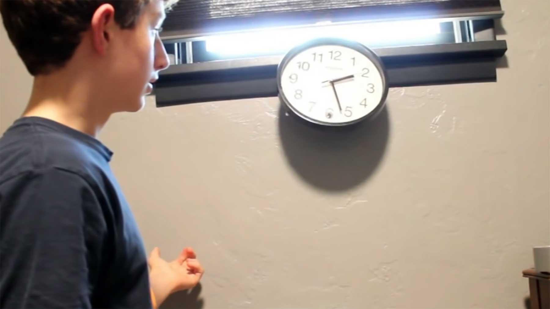 Diese Uhr fällt von der Wand, wenn man sie anschaut