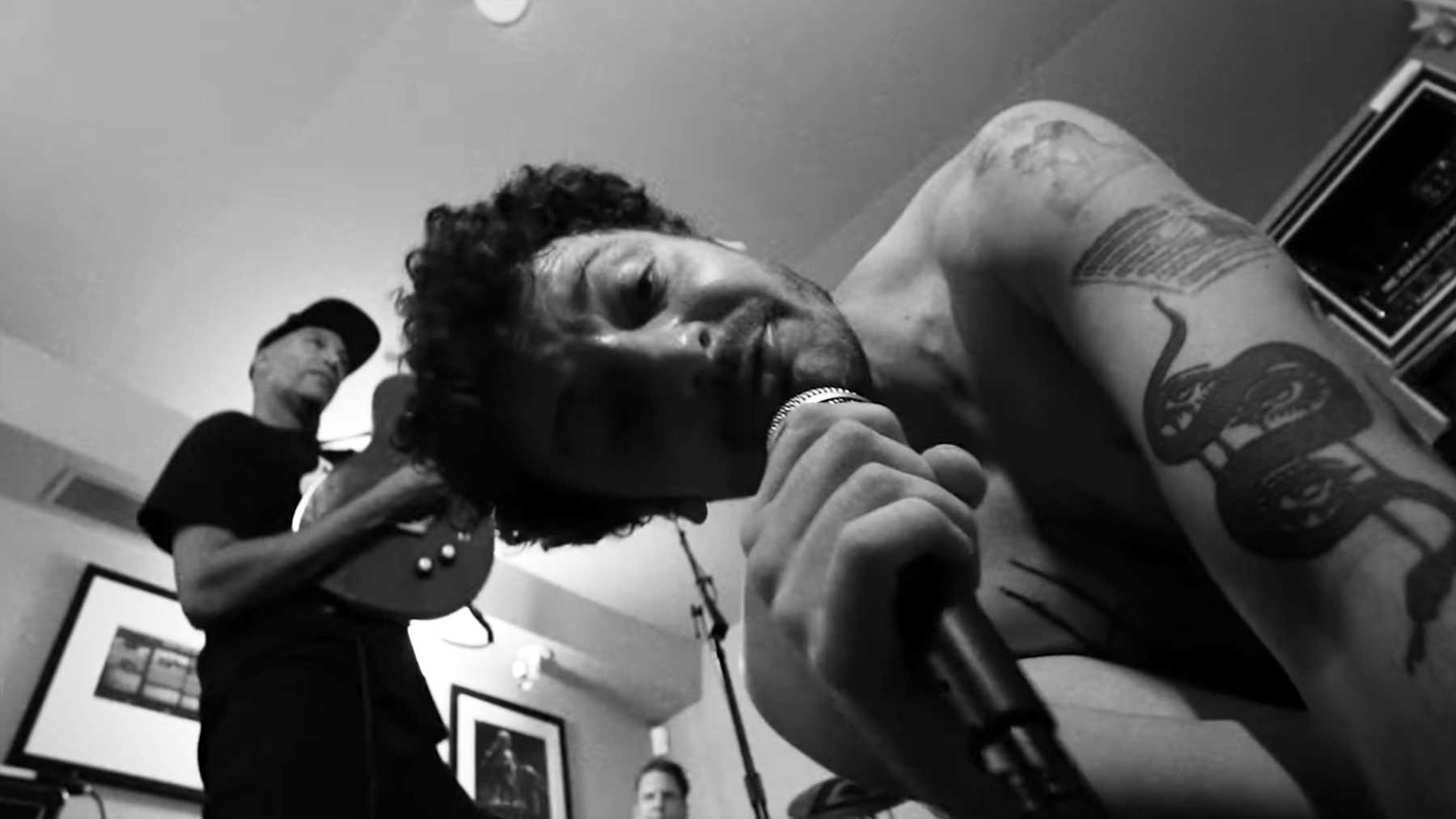 """Musikvideo: Tom Morello ft. Grandson – """"Hold The Line"""""""
